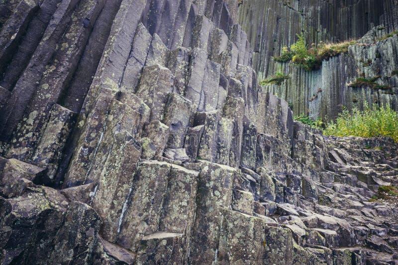 Basaltet vaggar bildande i Tjeckien royaltyfri foto