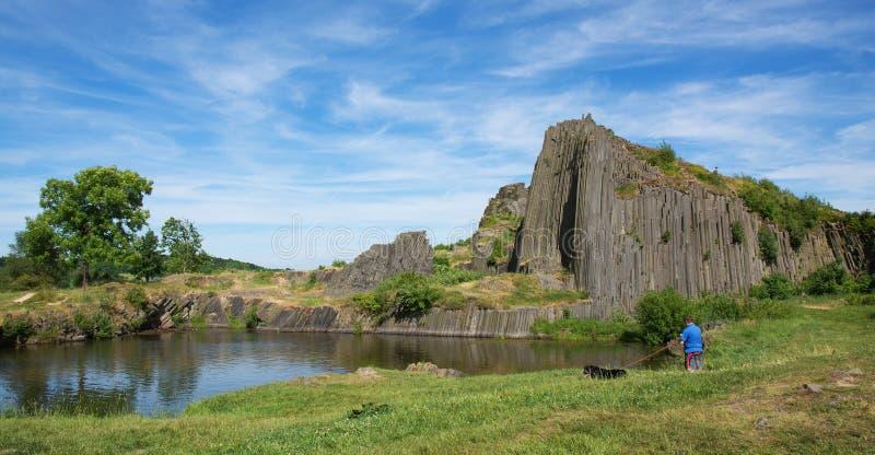 Basaltet vaggar den Panska skalaen nära Kamenicky Senov, Tjeckien royaltyfri foto