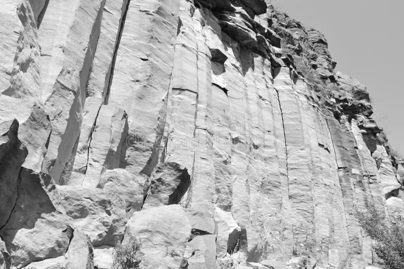 Basaltet vaggar kolonnen är vulkanisk vaggar utlöpare i form av den columnar basaltet som lokaliseras i Racos, Rumänien arkivfoto