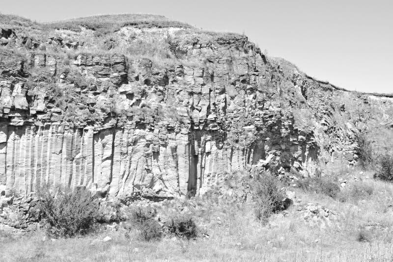 Basaltet vaggar kolonnen är vulkanisk vaggar utlöpare i form av den columnar basaltet som lokaliseras i Racos, Rumänien royaltyfri bild
