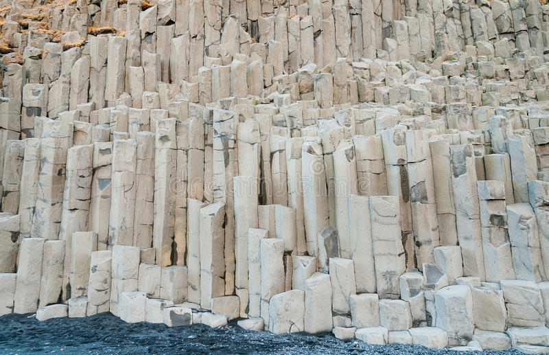 Basaltet vaggar kolonner på Reynisfjara Island fotografering för bildbyråer