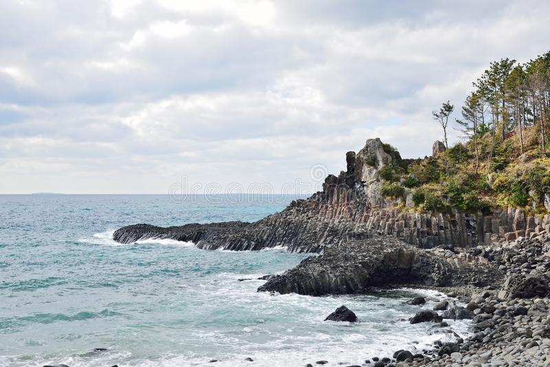 Basaltisk columnar gemensam kust i JungMun arkivfoton