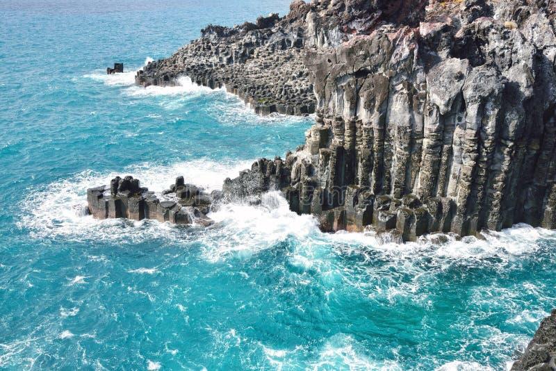 Basaltisk columnar gemensam kust i JungMun arkivbilder