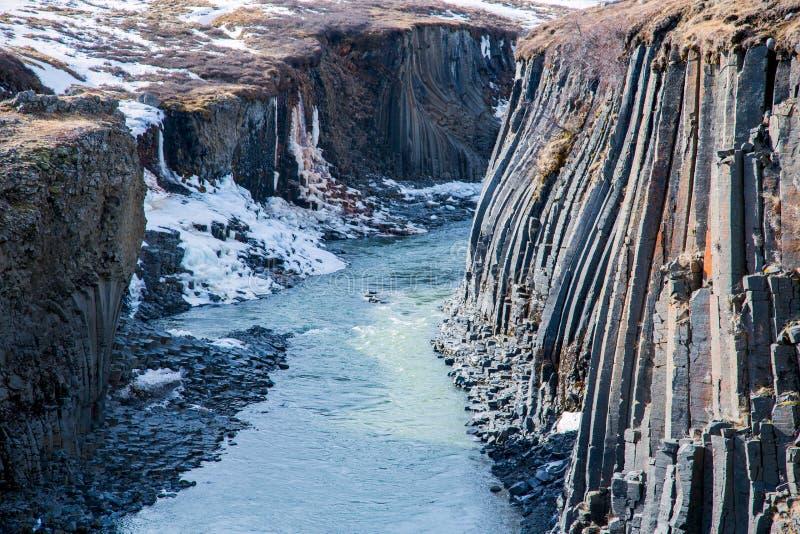 Basaltkolonnbildande i en kanjon i vinter arkivfoton