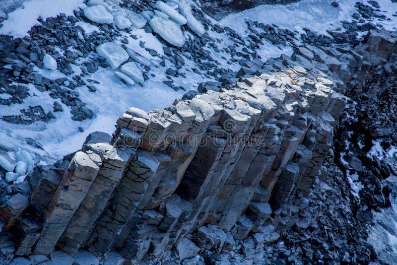 Basaltkolonnbildande i en kanjon i vinter arkivbild