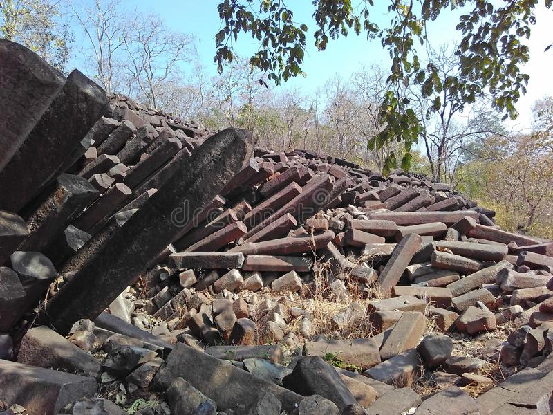 Basaltkolonnen vaggar bildande Indien royaltyfria foton