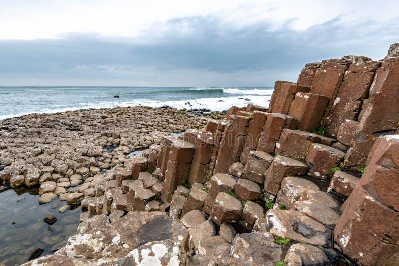 Basaltkolonner på jättes vägbank royaltyfria foton