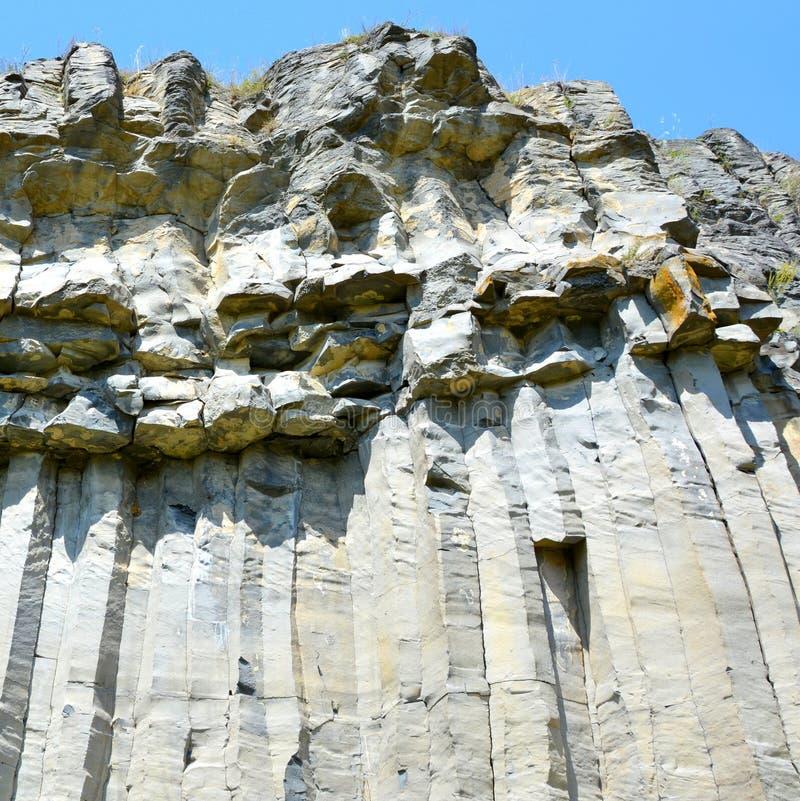 Basaltkolonner vaggar i Racos, Transylvania royaltyfria bilder