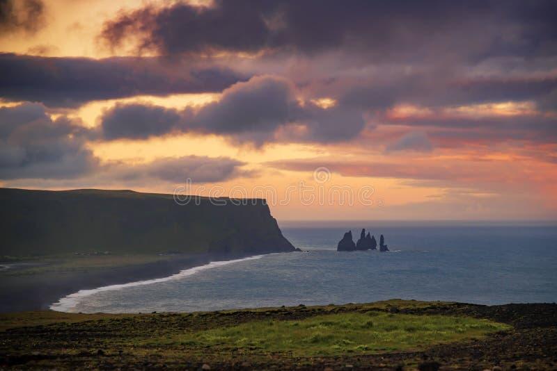 Basaltrots Reynisdrangar van Dyrholaey-klippen Vik, IJsland wordt geschoten dat stock afbeelding