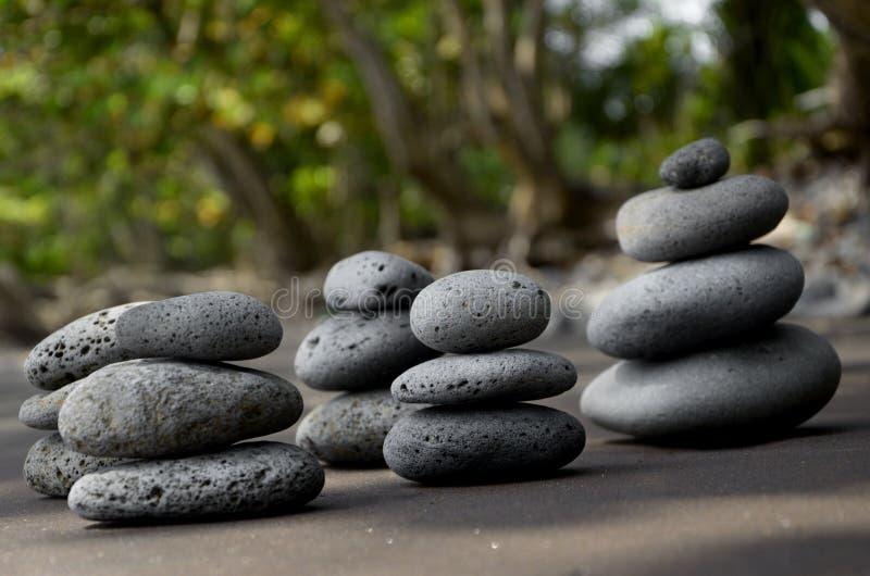Basaltstenar på strand royaltyfria foton