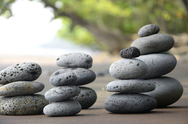 Basaltstenar på strand royaltyfri foto