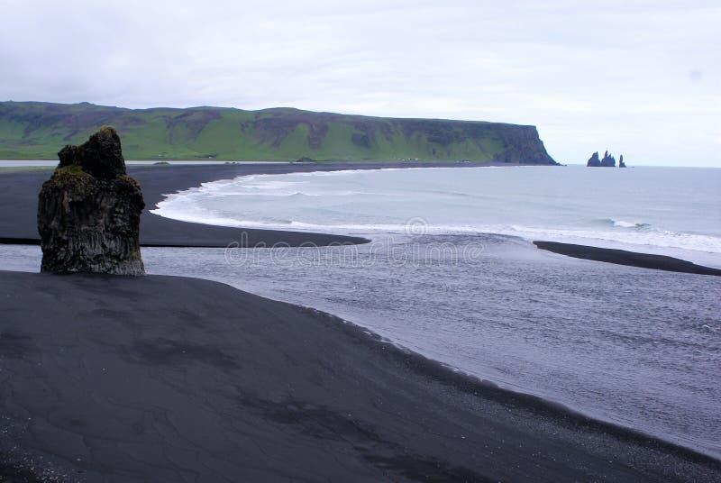 Basalttorn på den svarta stranden arkivbilder