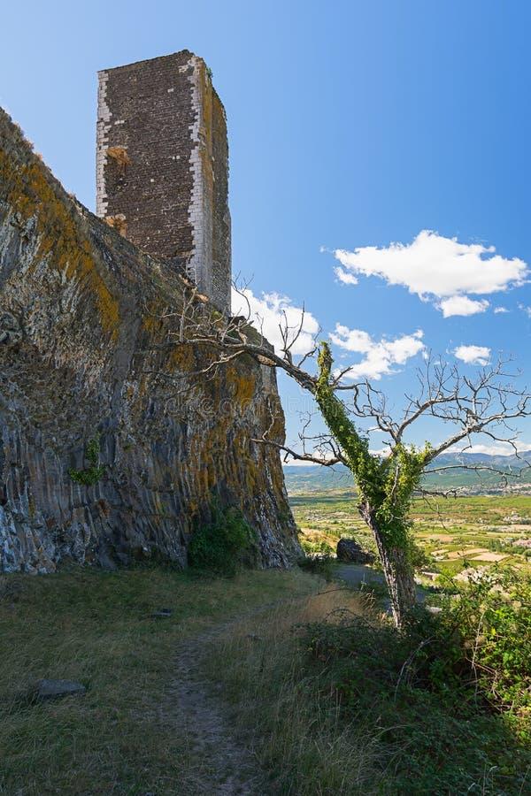 Basalttornet av slotten fördärvar i Mirabel royaltyfria bilder