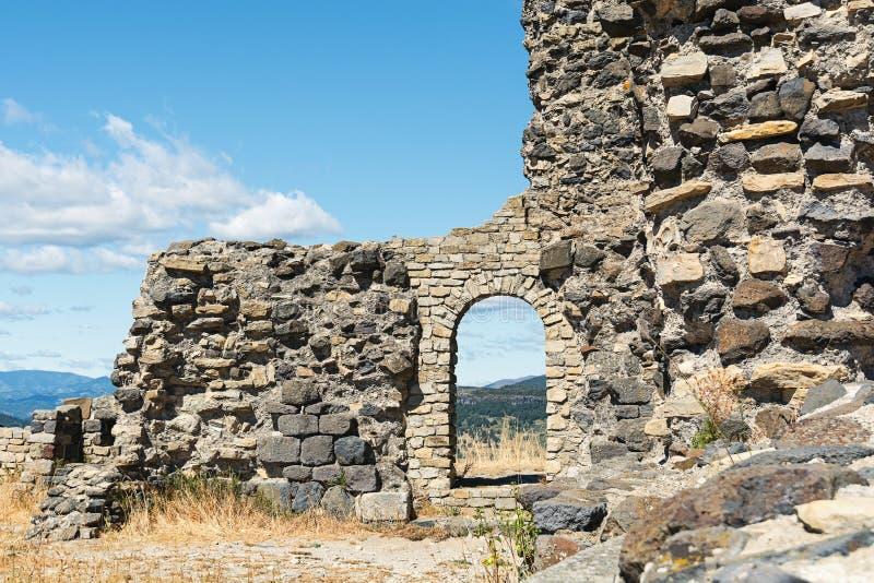 Basalttornet av slotten fördärvar i Mirabel arkivfoto