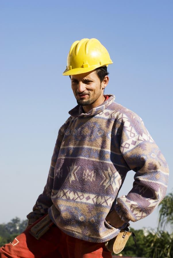 Basamenti dell'operaio di costruzione che sorridono - verticale fotografia stock