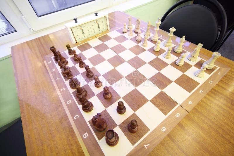 Basamento di scacchi sulla scacchiera nella sala del randello di scacchi fotografia stock