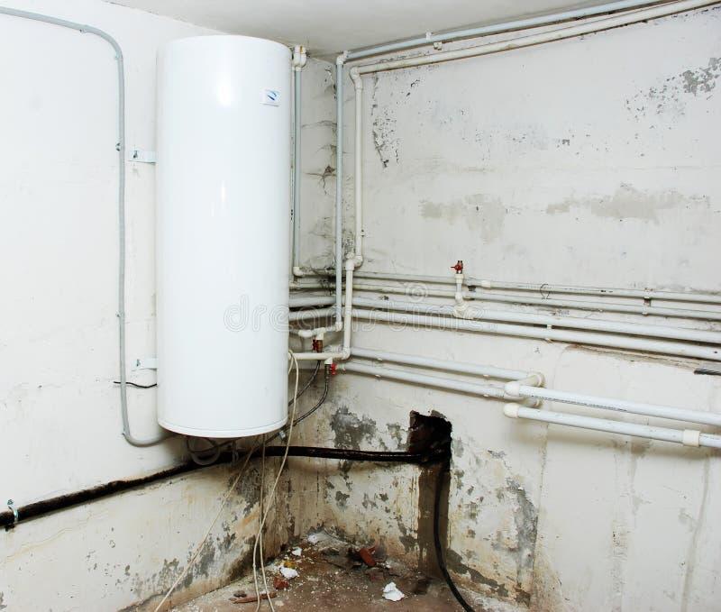 Basamento sotto un riscaldatore di acqua fotografie stock