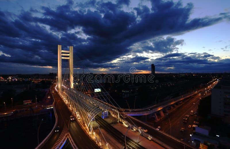 Basarab bro på skymning i den Bucharest staden royaltyfri bild