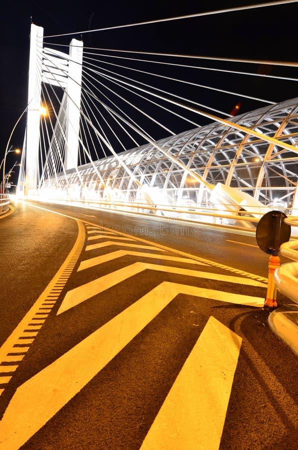 Basarab bro vid natten - ljus arkitektur royaltyfri bild