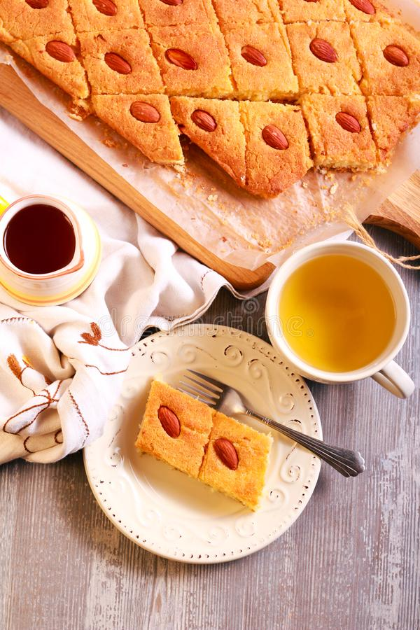 Basbousa - gâteau doux du Moyen-Orient traditionnel photos libres de droits