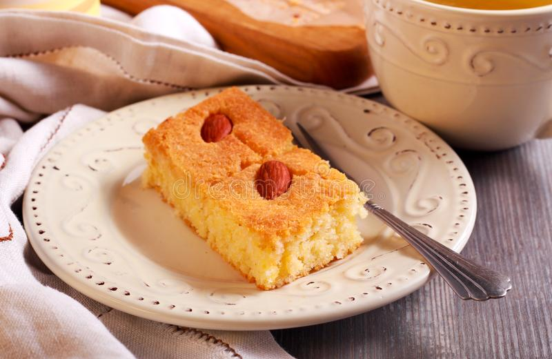 Basbousa - gâteau doux du Moyen-Orient traditionnel avec l'amande image stock