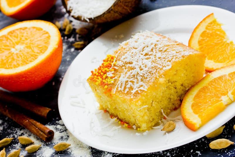 Basbousa (Namoora) -埃及粗面粉蛋糕用sy橙色的糖 库存照片