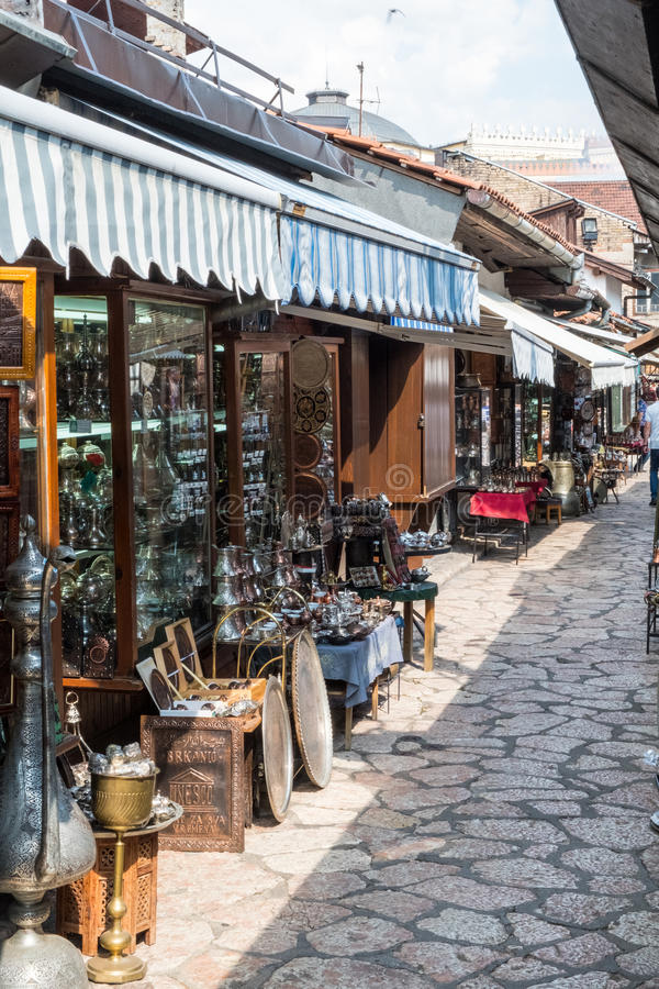"""Bascarsija †""""den gamla basaren i Sarajevo Bosnien och Hercegovina på Juli 12 2017 arkivfoto"""