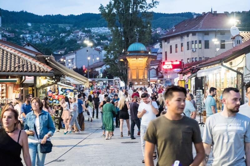 """Bascarsija †""""den gamla basaren i Sarajevo Bosnien och Hercegovina på Juli 12 2017 arkivfoton"""