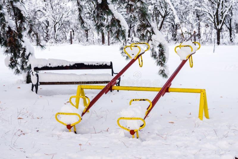 Bascula sotto la neve immagini stock libere da diritti