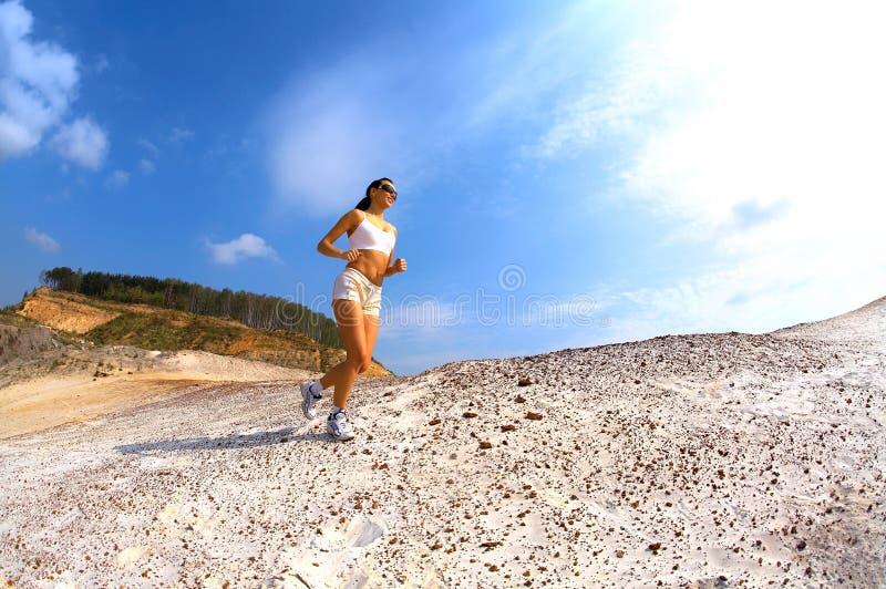 Basculador adolescente deportivo en la arena fotos de archivo