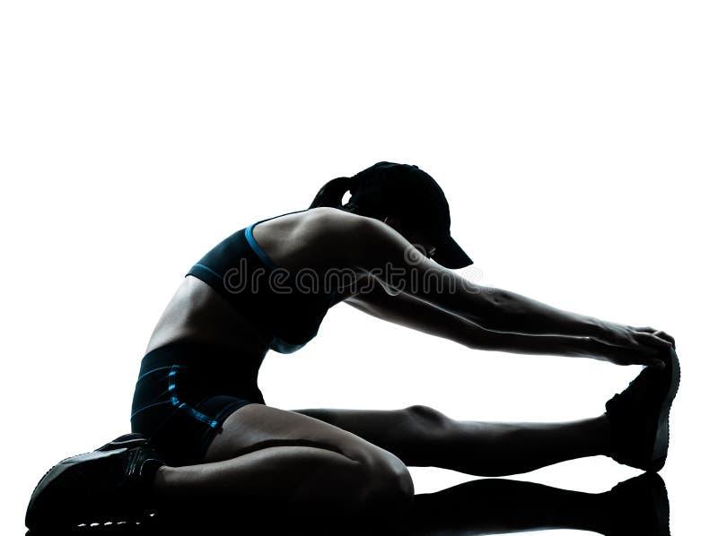 Basculador del corredor de la mujer que estira el calentamiento de las piernas imagen de archivo libre de regalías