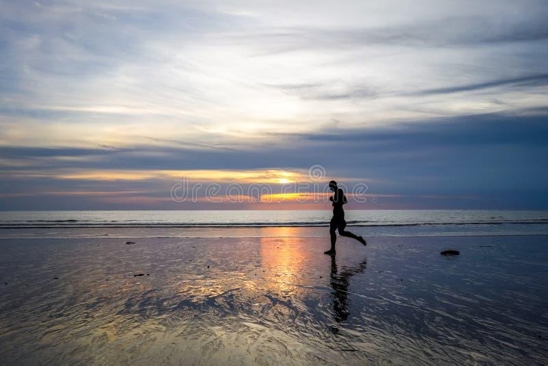Basculador en Nai Yang Beach en la puesta del sol, Phuket, Tailandia fotografía de archivo libre de regalías
