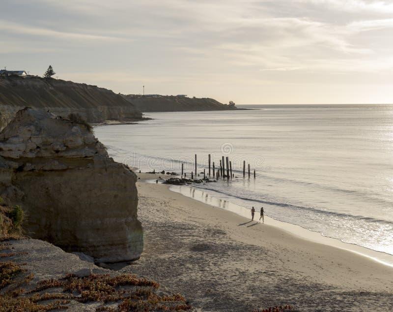 Basculadores em ruínas do molhe da praia de Willunga do porto, SA fotografia de stock royalty free