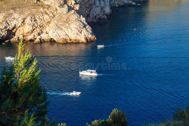 Bascule la mer bleue, les bateaux sur le voyage d'eau et les loisirs images stock