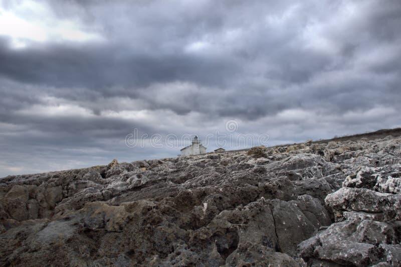 Bascule les nuages et le phare orageux images stock