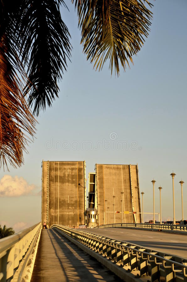 Basculeelevatorbron delar huvudvägen royaltyfria bilder