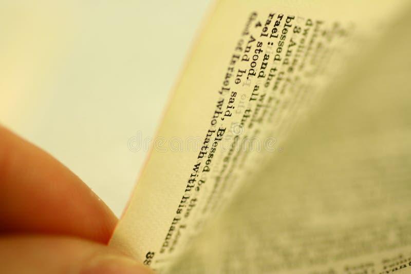 Basculement de la bible image stock