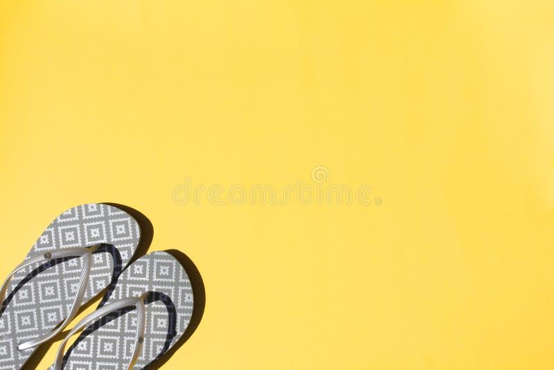 Bascules électroniques argentées sur un fond jaune Vue sup?rieure, configuration plate images libres de droits