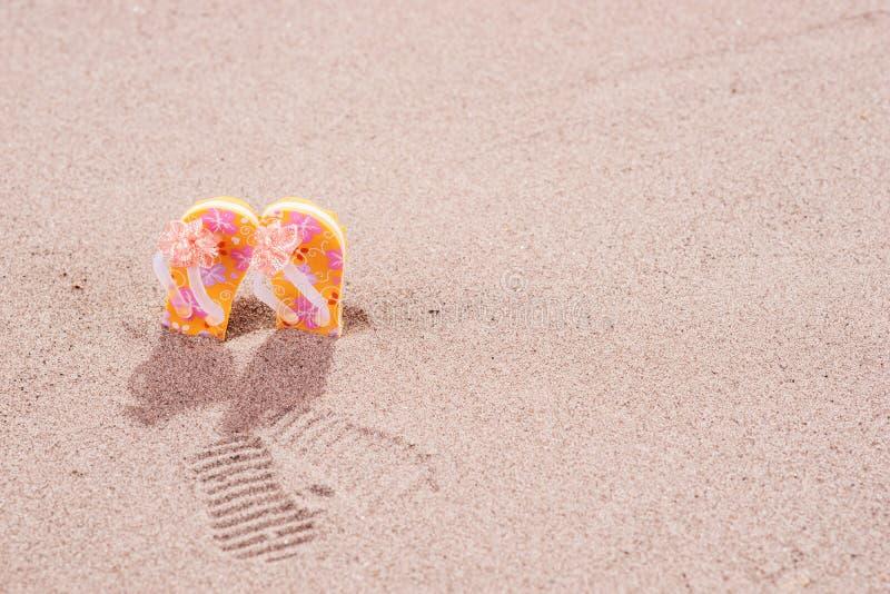 Bascules électroniques colorées avec des fleurs sur la plage images stock