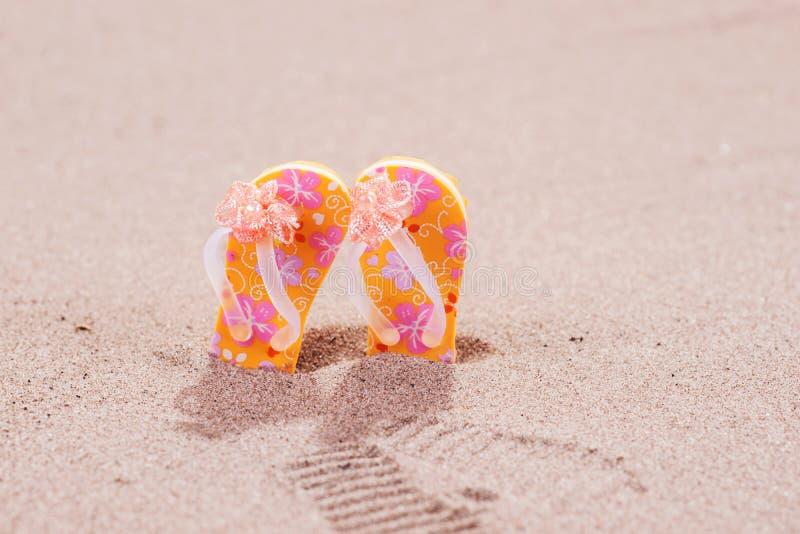 Bascules électroniques colorées avec des fleurs sur la plage photo libre de droits