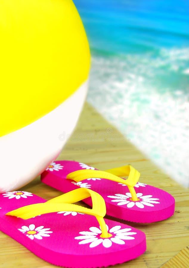 Bascules électroniques et Beachball par Ocean photos stock
