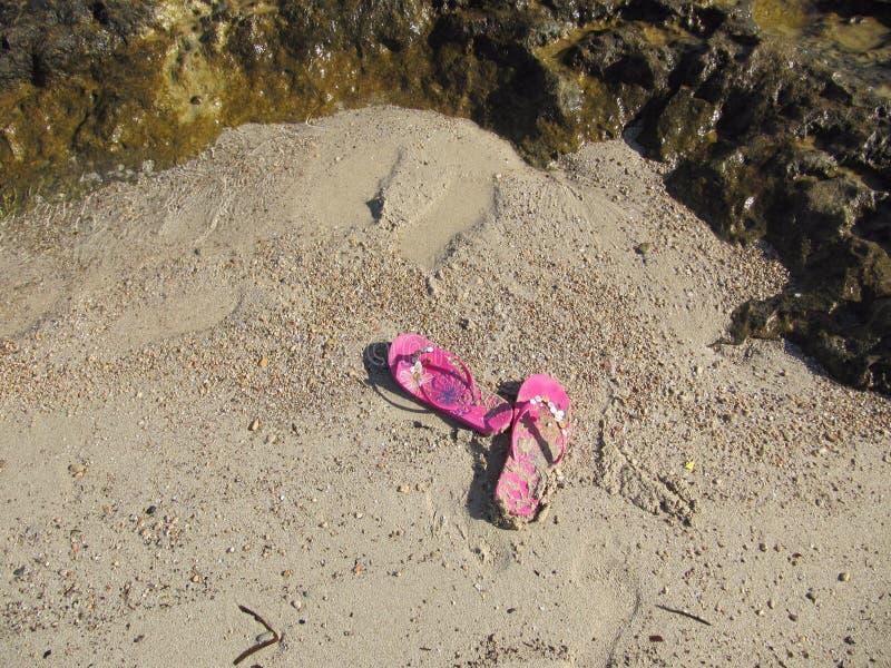 Bascules électroniques roses sur le sable photo libre de droits