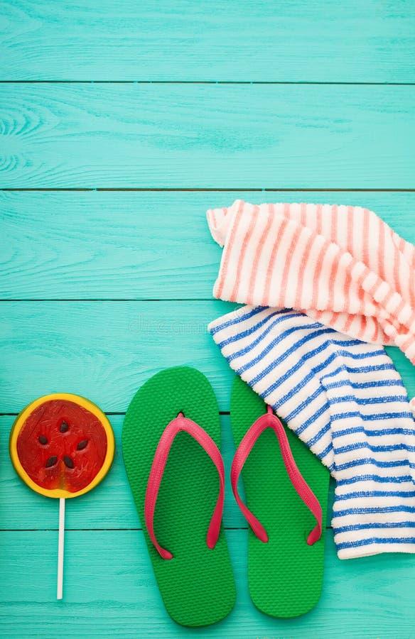 Bascules électroniques, sucrerie de pastèque et serviette Accessoires de plage d'été et espace de copie sur le fond en bois bleu  photos stock