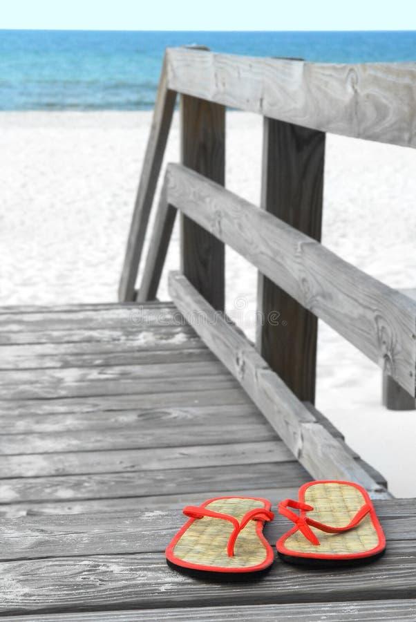 Bascules électroniques sur le passage couvert de plage images libres de droits