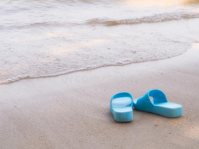 Bascules électroniques, sur une plage arénacée d'océan photo libre de droits