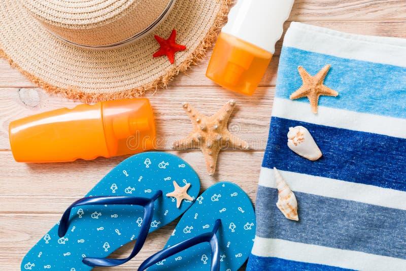 Bascules ?lectroniques, chapeau de paille, ?toile de mer, bouteille de protection solaire, jet de lotion de corps sur la vue sup? image libre de droits