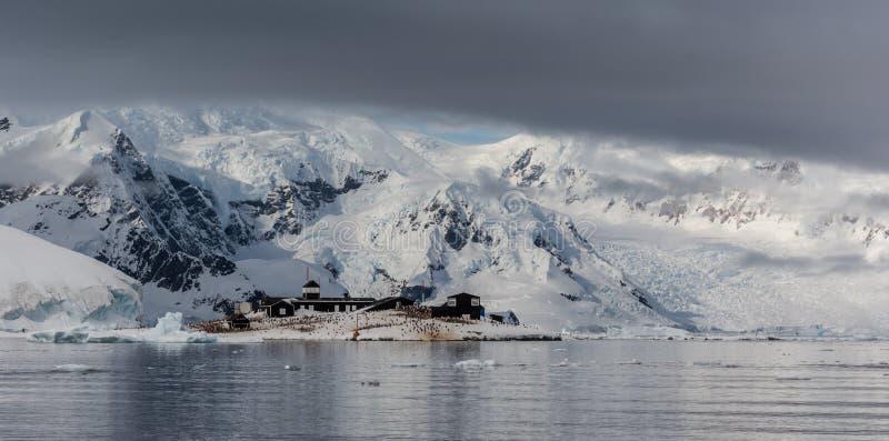 Base antártica de Videla del lez del ¡de Gonzà de Chile en el punto de Waterboat, bahía de Paradise, península antártica imágenes de archivo libres de regalías
