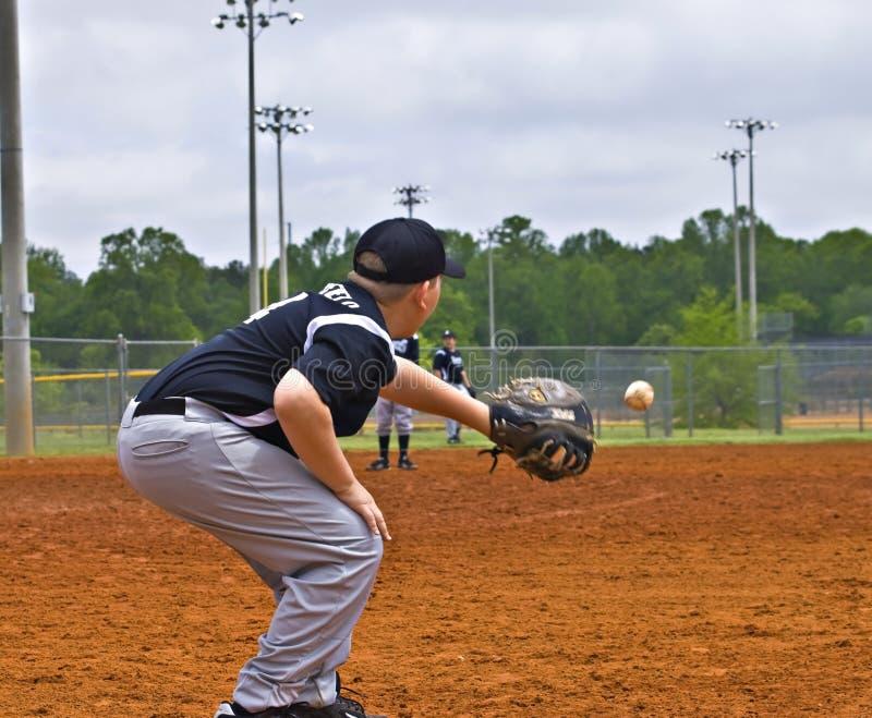 Base-ball de garçons attrapant un jet image libre de droits