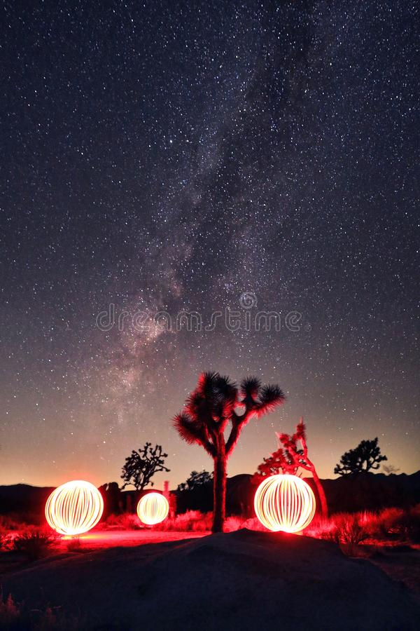 Base brillante de la vía láctea con los orbes pintados ligeros en el paisaje imagenes de archivo