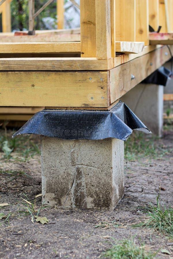 Base das colunas concretas para a estrutura da casa com carcaça de madeira fotografia de stock royalty free